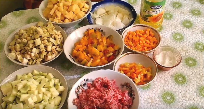 нарезаем овощи для рагу с фаршем на кубики