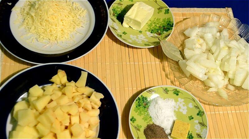 лук и картофель чистим и нарезаем, сыр трем на крупной терке