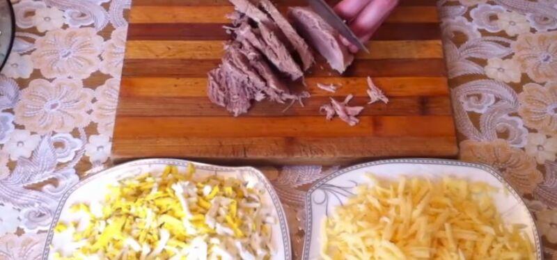подготавливаем ингредиенты для салата Мужской каприз