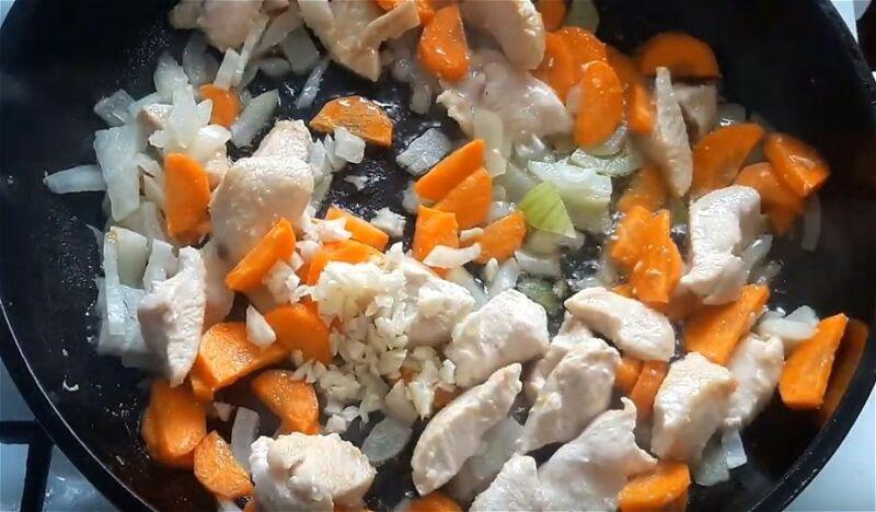 обжариваем куриные кусочки с луком, морковью и чесноком