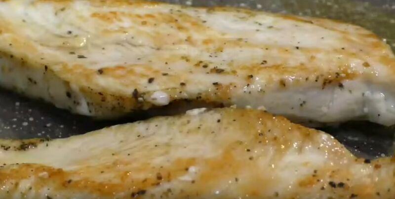 обжариваем куриное филе для салата Цезарь