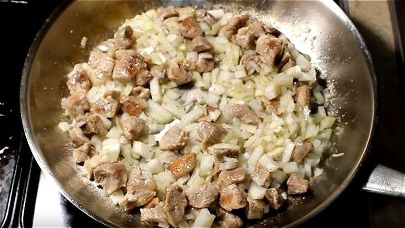 обжариваем мясо с луком для рагу
