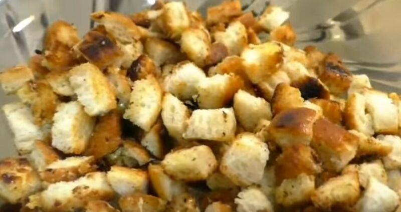 обжариваем сухарики с сыром на сковороде
