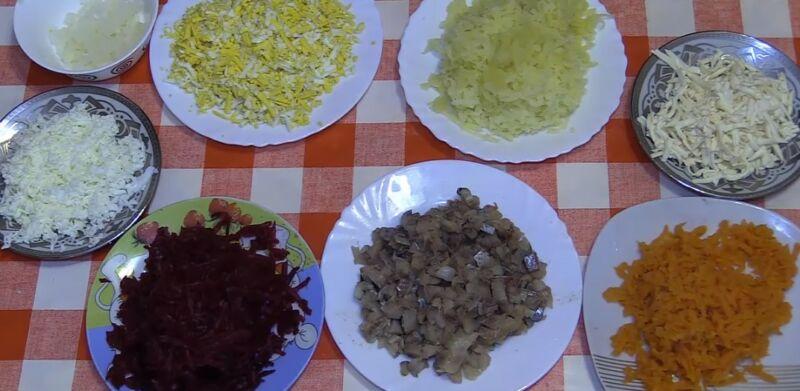 подготавливаем ингредиенты для селедки под шубой с сырком