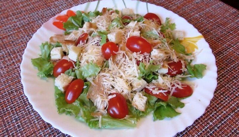 салат цезарь с помидорами и сыром