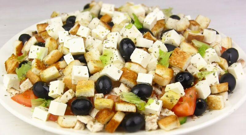 очень вкусный салат цезарь с курицей и сухариками