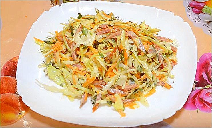 салат с капустой и копченой колбасой