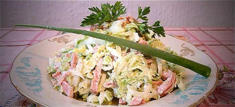 салат из пекинской капусты и копченой колбасы
