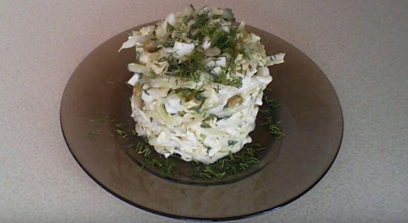 салат с варенным яйцом и пекинской капустой