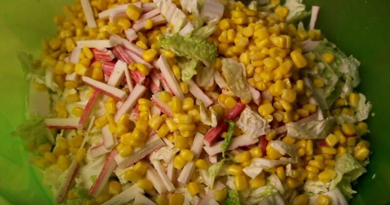 кладем пекинскую капусту в блюдо, солим и добавляем крабовые палочки и остальное