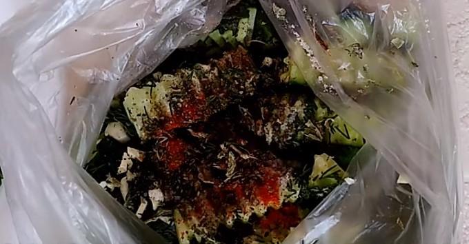 складываем в пакет огурцы, специи, соль и зелень