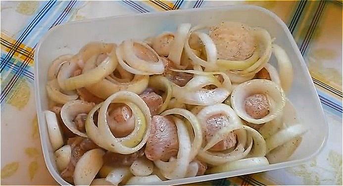смешиваем куски свинины с луком и добавляем остальные ингредиенты для маринада