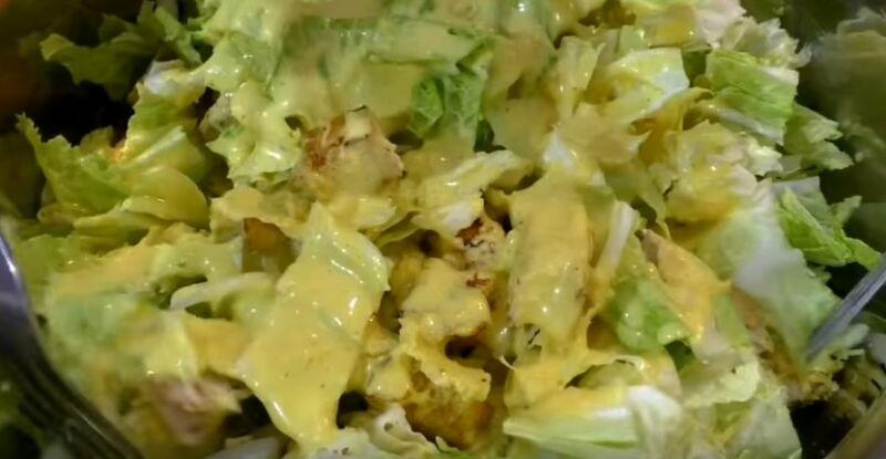 смешиваем все ингредиенты салата и поливаем заправкой