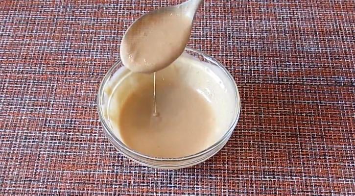 заправка для салата из майонеза, соевого соуса и чеснока