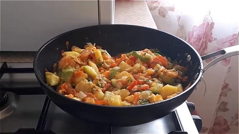 тушим рагу из кабачков, моркови, помидора и перца