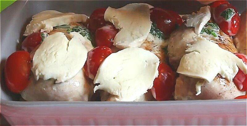 выкладываем грудки в форму и поливаем сливочным соусом