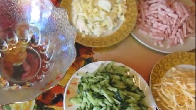 ветчину, яйца и огурцы порезать соломкой, сыр натереть на терке