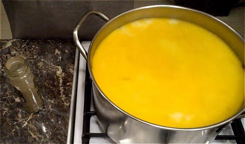 добавляем в бульон картошку, грибы, зажарку и плавленный сыр