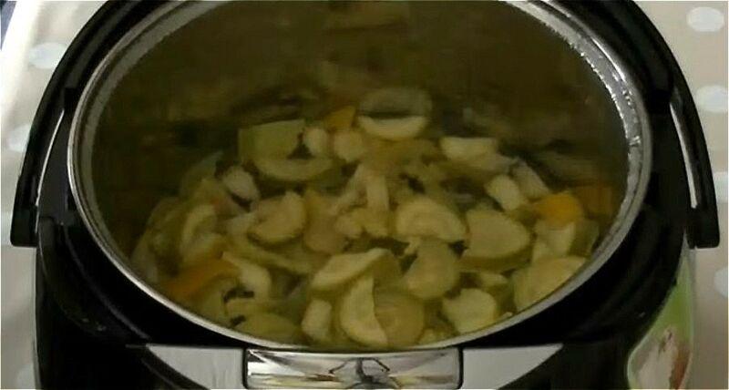 кладем кабачки, лимон, мяту и сахар в мультиварку