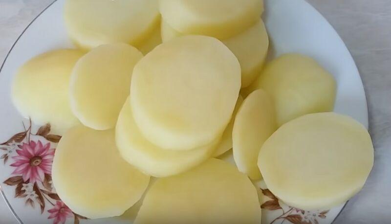 нарезаем картофель кружочками и варим 5 минут