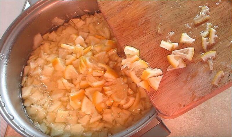 нарезаем лимон кусочками и добавляем к кабачкам