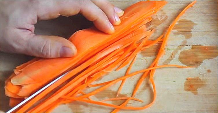 нарезаем морковь на тонкие полоски