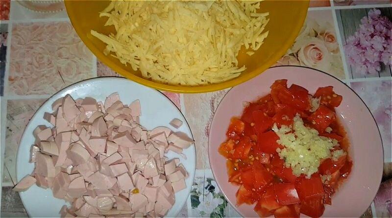 натираем сыр, нарезаем помидор и колбасу, измельчаем чеснок