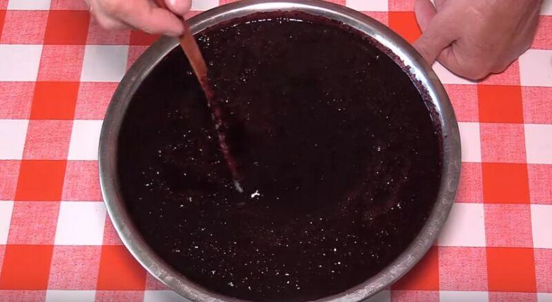 перетираем чернику с сахаром