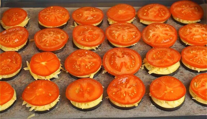 раскладываем на противень баклажаны с сыром и помидорами