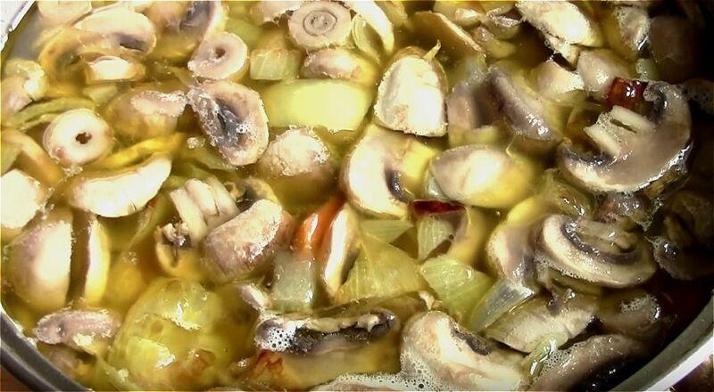 добавляем грибы, лук и морковь к картофелю и варим 3 минуты