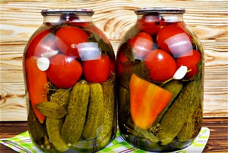 ассорти из помидоров и огурцов на зиму