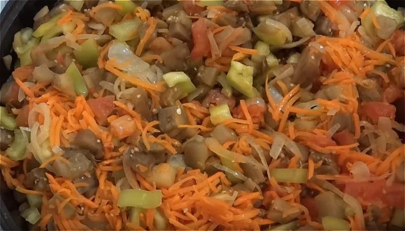 добавляем баклажаны, сладкий перец, лук, соль, сахар и перемешиваем