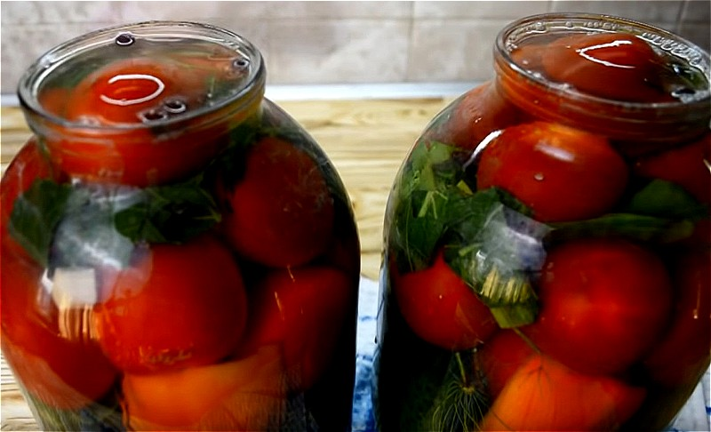 докладываем помидоры, приправы и заливаем кипятком