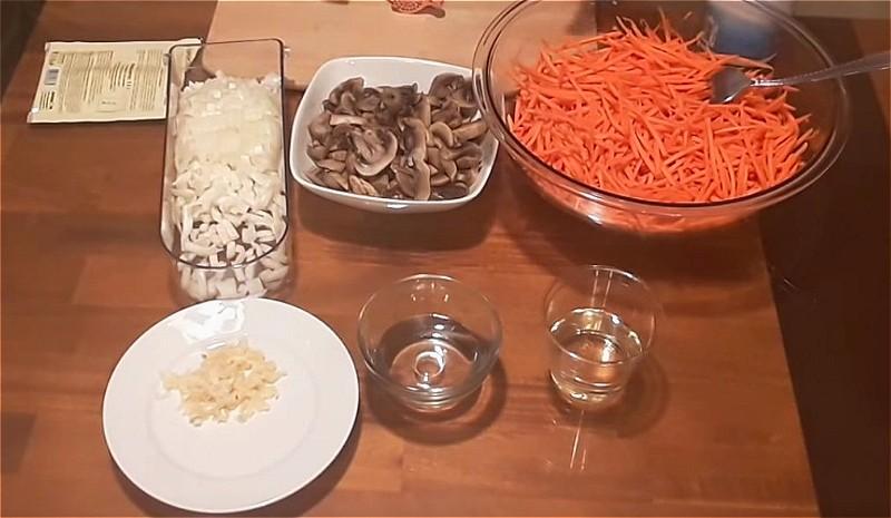 нарезаем морковь, грибы, лук и чеснок