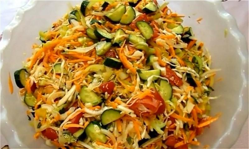 нарезаем огурцы и остальные овощи для кубанского салата