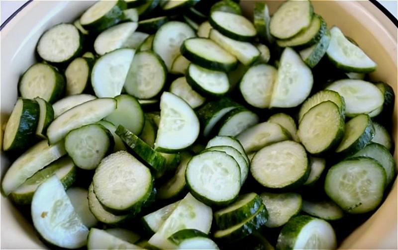 нарезаем огурцы для салата нежинский кружочками