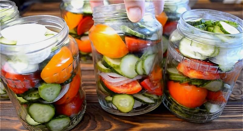 нарезаем огурцы, помидоры, лук и укладываем в банки