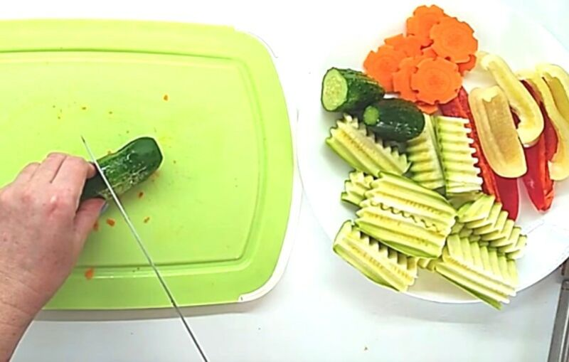 нарезаем овощи для ассорти на зиму