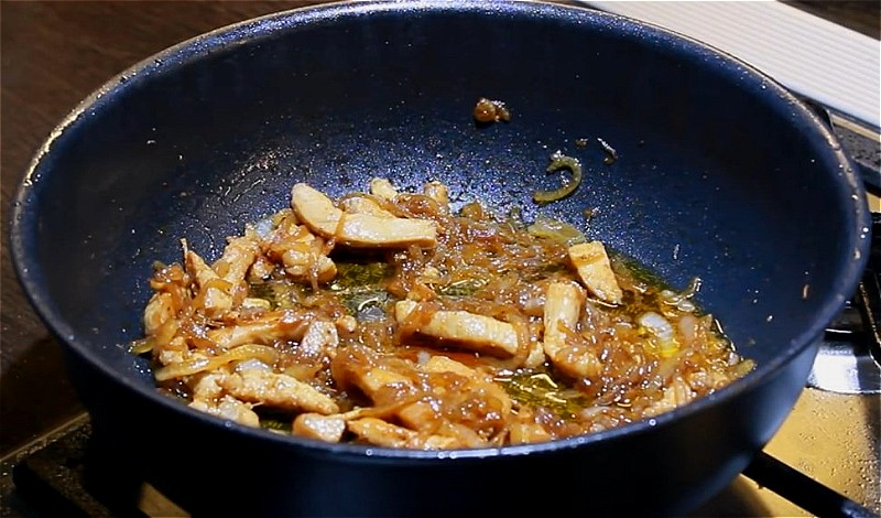 нарезаем и обжариваем в растительном масле куриное филе и лук