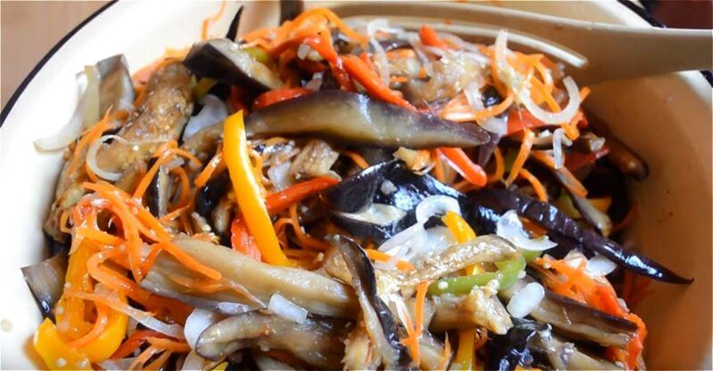 смешиваем маринованные овощи с горячими баклажанами