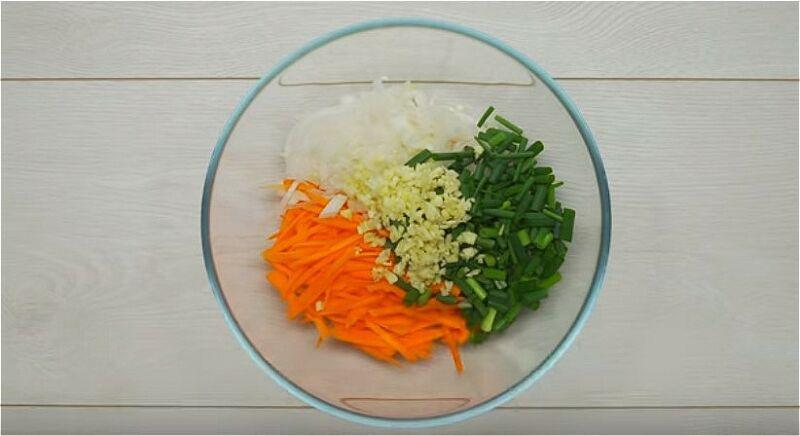 смешиваем порезанные овощи - морковь, лук, зелень, чеснок