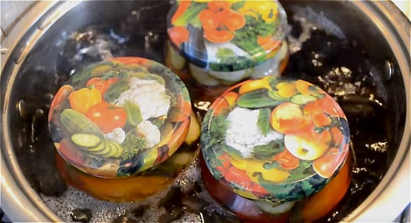 ставим банки с салатом из огурцов и помидоров стерилизоваться