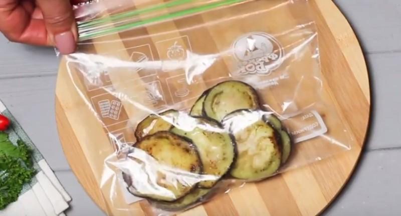 укладываем жареные баклажаны в пакет и отправляем в морозилку