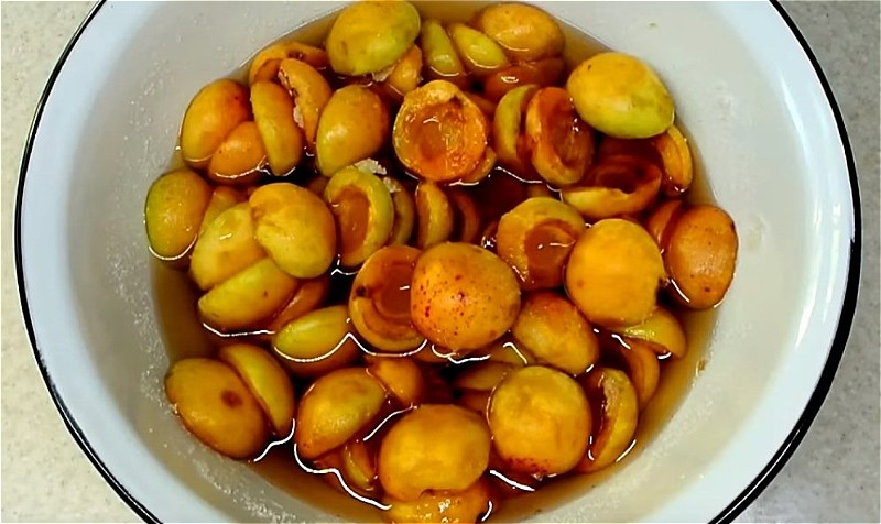 абрикосы пересыпаем сахаром и оставляем настояться
