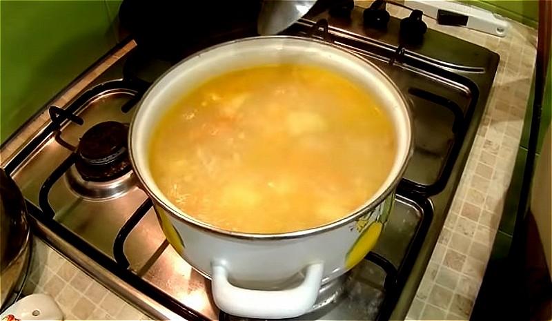 добавляем зажарку и картошку в куриный бульон