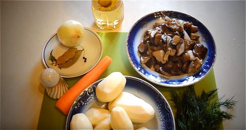 Ингредиенты для супа из свежих грибов с картошкой