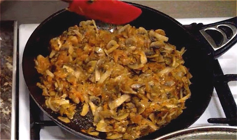лук, морковь и шампиньоны обжариваем до готовности