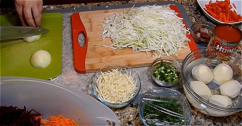 подготавливаем овощи для варки борща - шинкуем, натираем и нарезаем