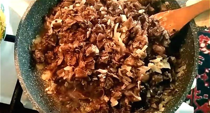 Для супа обжариваем лук с грибами
