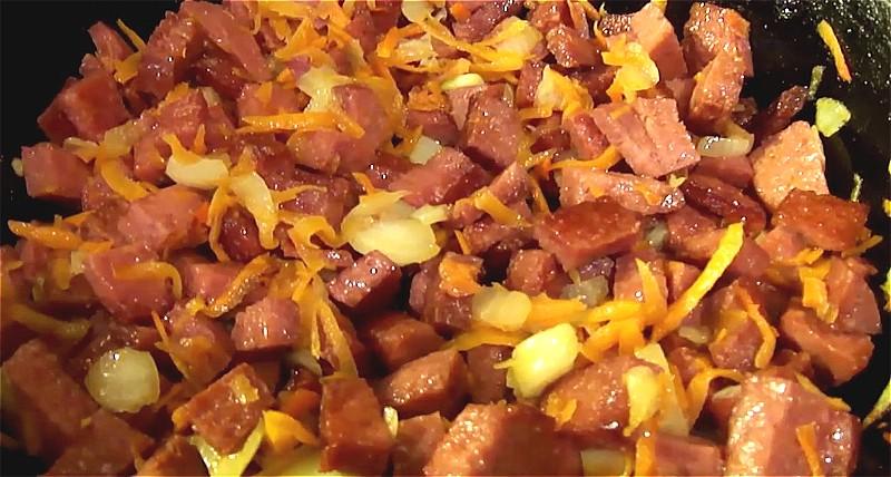 обжариваем колбаску с луком и морковкой